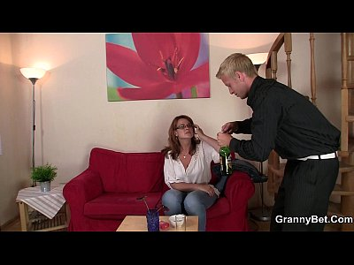 Granny Grandma xxx: Boozed mature bitch is picked up for play